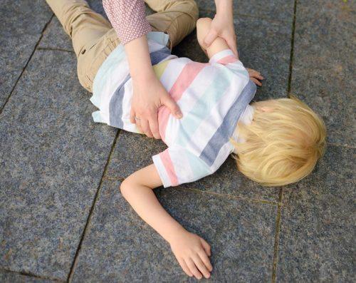 Vad gör du om ditt barn ramlar ner från en lekställning och bryter nacken